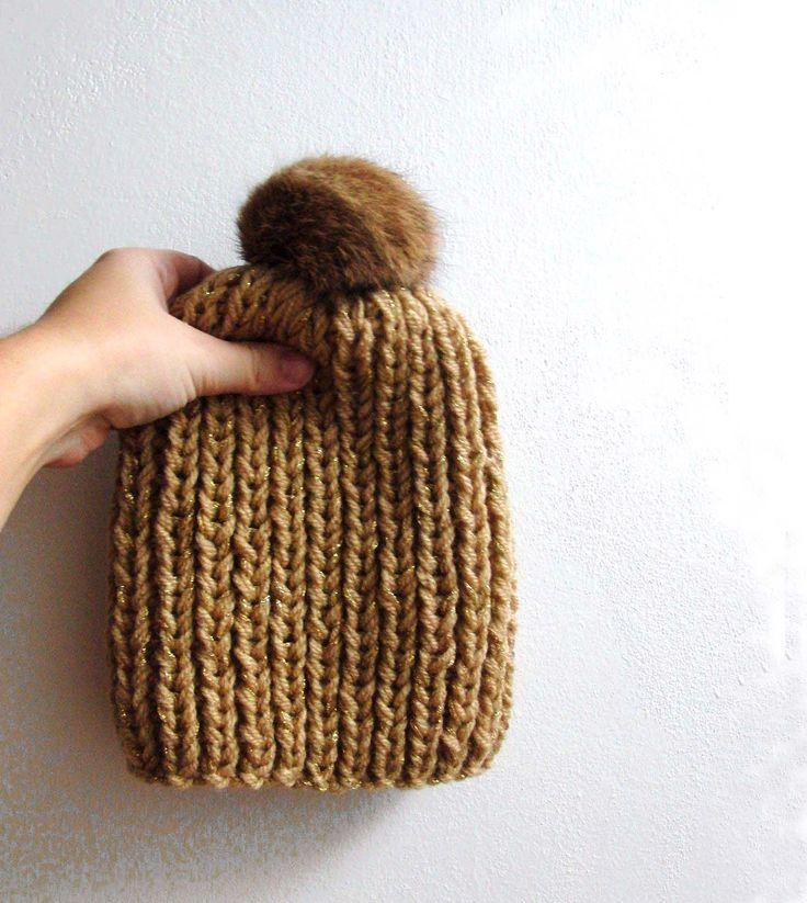 Zlatá čapka krátká Pletená čapka, z akrylové příze se zlatou nitkou. Ozdobená hnědou kožešinovou bambulkou. Rozměry v klidu jsou výška 20cm a šířka v nejširším bodě 20cm. Elastická.