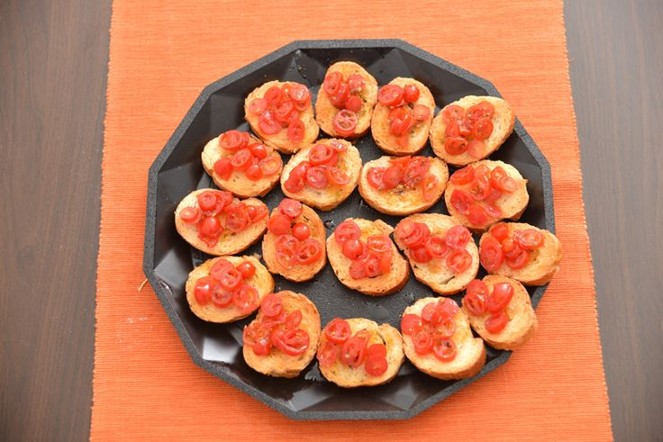 minibruschette al pomodoro - toasted bread seasoned with oil and sliced tomatoes  http://arrangerchef.com/?page_id=256