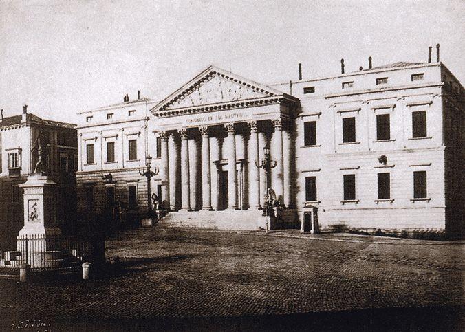 El Congreso de los Diputados, recién construido. Calotipo. Tenison. 1853. Biblioteca Nacional de París. El Congreso de los Diputados se había terminado de construir en 1850. Anteriormente en su lugar se encontraba el Convento del Espíritu Santo, que se había utilizado como sede de las Cortes después de haber desalojado a los frailes en 1834.