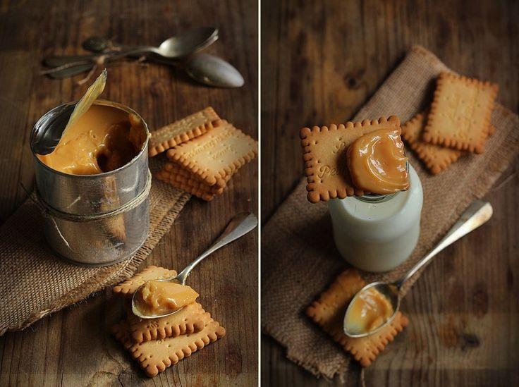 La confiture de lait non è altro che zucchero e latte portato ad ebollizione e cotto fino ad ottenere una crema color caramello.  ...