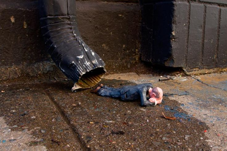 Isaac-Cordal-New-York-Cement-Eclipses-15