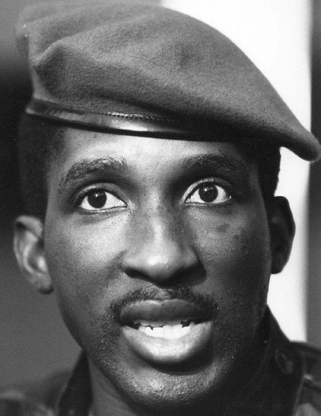 Thomas Sankara : 1949 -1987. Chef d'état Burkinabé de 1983 à 1987. Panafricaniste et Anti-impérialiste, il mena avec son gouvernement une politique visant à combattre la corruption et à améliorer l'éducation et l'économie de son pays. Homme charismatique, Il fit changer le nom de son pays de Haute volta, issu de la colonisation, en Burkinafasso, nom africain signifiant pays des hommes intègres.