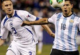 19-Nov-2013 7:57 - AGÜERO LOODST ARGENTINIË LANGS BOSNIË. Argentinië heeft gisteravond de oefeninterland tegen Bosnië en Herzegovina gewonnen. Spits Sergio Agüero besliste de wedstrijd,...