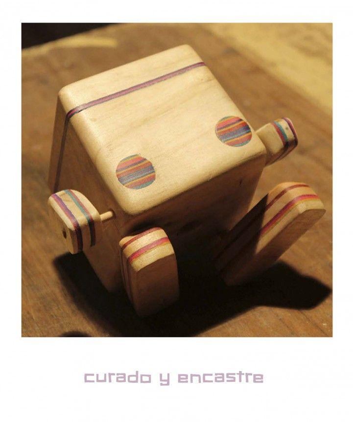 Po vida invita a cultivar, hecha a partir de un bloque de madera recuperada con detalles en enchapado de colores. protegida por dentro y por fuera con silicona.