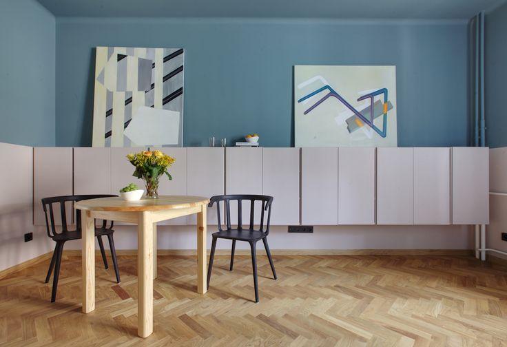 Wnętrza Zewnętrza - blog wnętrzarski: Praskie mieszkanie z lamperią, na niebiesko