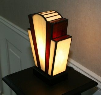 """Lampe Art Déco en vitrail Tiffany """"Nude Ivoire""""  Verres opalescents ivoire et brun chaud, profond et lumineux.  Socle bois teinté noir Napoléon.  Ampoule E14 fournie assurant - 3810907"""