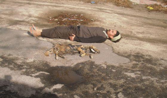 El brasileño Paulo Nazareth, criado en una favela, utiliza su propio cuerpo para obras y denuncias callejeras