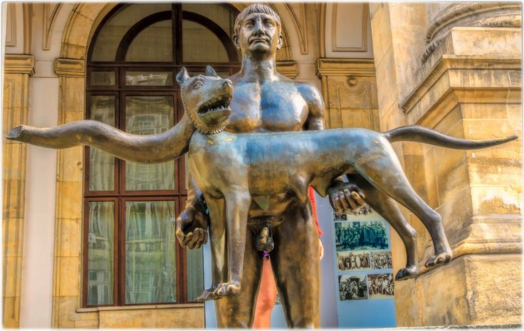 En el año 106 d.C., tras varias expediciones militares, el emperador Trajano (nacido en Itálica, Sevilla, el 18 de septiembre del año 53) conseguía conquistar la Dacia.  El actual estado de Rumanía se halla en una parte de aquella vasta región, cuya romanización queda patente en múltiples aspectos