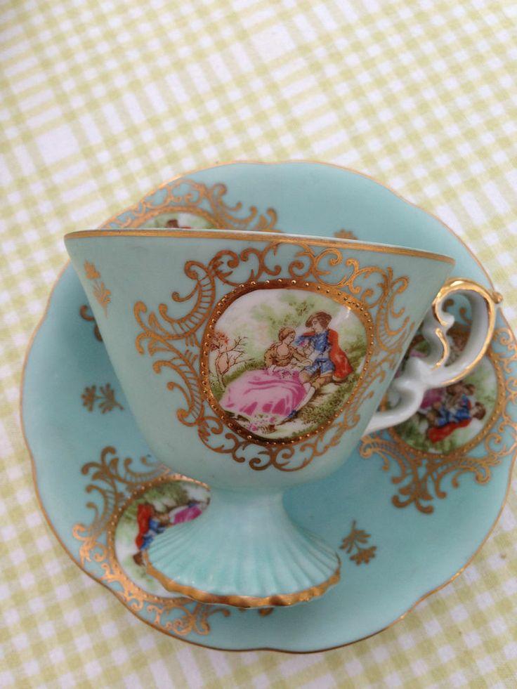 Adorable tacita antigua de té de porcelana, con pie.