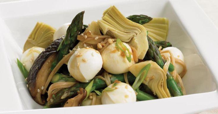 Une délicieuse recette de salade de champignons asiatiques, d'artichauts et d'asperges présentée par foodlavie.