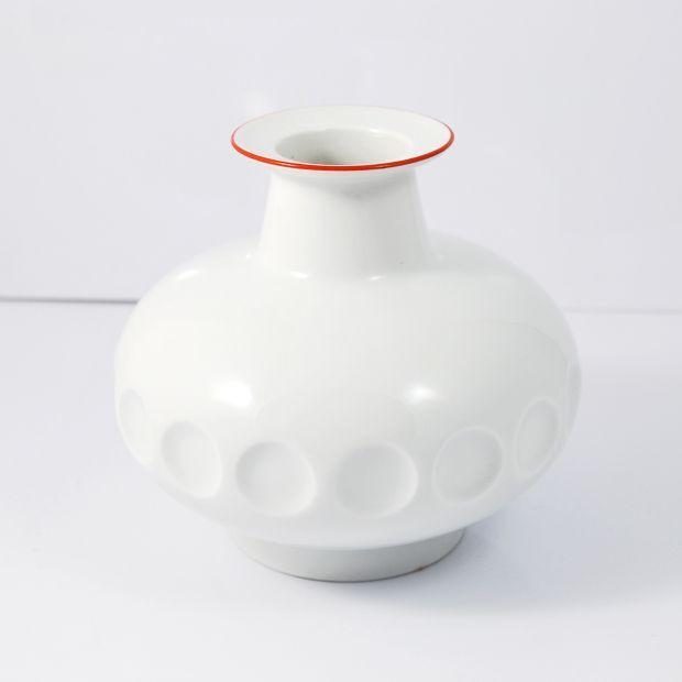 Biały porcelanowy wazon Form Keramik, Niemcy lata 70.   White porcelain vase Form Keramik, Germany, 70s.    buy on Patyna.pl   #forsale #vintage #vintagefinds #vintageshop #vintagelove #retro #old #design #home #midcenturymodern #want #amazing #home #inspiration #kitchen #decoration #furniture #ceramics #vase #porcelain #Form #Keramik #Germany #German #white #red #70s #1970s #goodoldthings
