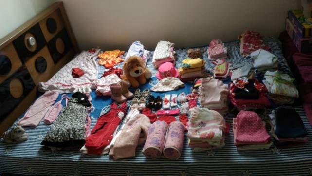 Lote de bebê enxoval completo contendo 160 peças que vai do tamanho RN ao tamanho 1. Roupas, calçados, toalha de banho, segura bebê, suporte de banheira, babador, macacão, mijão, vestidos, leggin, chapéus de sol, biquíni, faixinhas de cabelo, bori, vestido mãe e filha e etc... Marcas Tip Top, Hering Baby, Bicho Molhado, Milon, Disney oficial e etc...