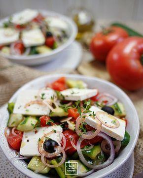 Horiatiki – oryginalna sałatka grecka. Gracka sałatka z pomidorów, papryki, ogórka, oliwek i sera feta. Przepis na oryginalną sałatkę grecką.