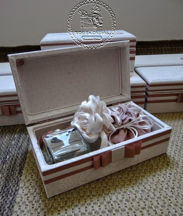 A combinação de rosa seco, nude e off white continua em alta para casamentos românticos e clássicos, como o de Diandra e Rodrigo...Caixas para os casais de Padrinhos, em jaquard geométrico. ...