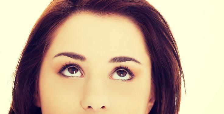 Eine Augenbraue abrasiert - Expertin Dr. Karin Anderson erklärt, wie schnell abrasierte Augenbrauen nachwachsen.