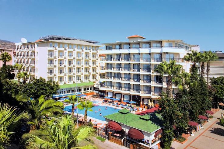 4-sterren hotel Riviera ligt zeer centraal ten opzichte van het strand en centrum. De combinatie met de gezellige sfeer en de faciliteiten maken dit hotel geschikt voor uw welverdiende vakantie. Er is een wellnesscenter en het beschikt over splinternieuwe familiekamers! De ligging van het hotel is ideaal, zeer centraal, slechts gescheiden door een weg van het bekende Kleopatra-strand en op 700 m van het gezellige centrum van Alanya. Op 50 m vindt u een bushalte.    Officiële categorie ****