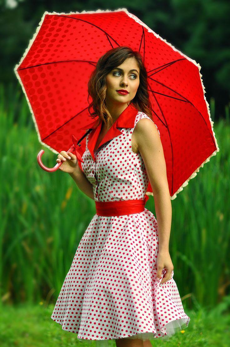 puntíkaté šaty s límečkem puntíkaté šaty s červeným límečkem a červenou stuhou v pase, čtyřmi knoflíčky a všitou tylovou spodničkou skladem ve vel. 36-38, ale ušijem i na míru ;-)