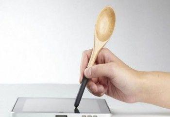 Drewniana łyżka z rysikiem do tabletów ułatwiająca np. czytanie przepisów kulinarnych. Od teraz nie musisz brudzić rąk ani tabletu czy smartfona. #mistrzowiewypiekow #inspiracje #kitchen #utensils #kuchenne #akcesoria #diy #home