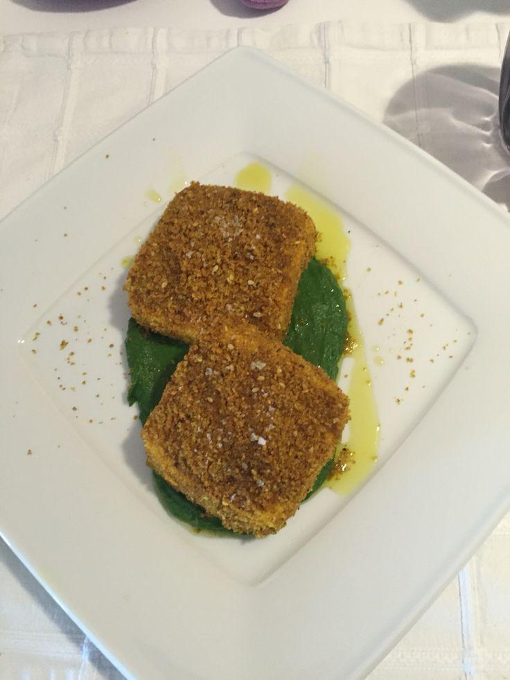 Cotoletta di tofu impanata su crema di broccoli .