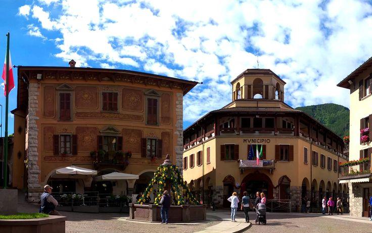 La fontana della piazza, addobbata per la festa del patrono S.Giovanni Battista del 24 giugno