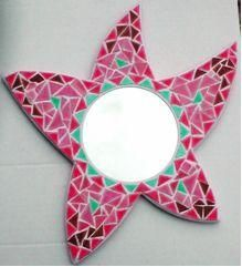Miroir étoile de mer en couleurs girly, à faire par les enfants en mosaïque pré-découpée avec fiche tutoriel dans le kit