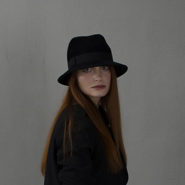 Шляпа федора черного цвета со средними держащими форму чуть опущенными полями / Black fedora hat with strong brims placed slightly down