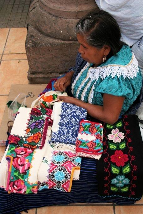 "Selección de bordados mexicanos "" Textiles de vida de México "" - Textiles Vivir documentarán aldeas , festivales , mercados, recursos donde textiles / prendas que todavía están siendo usados y realizados por las culturas indígenas en varias partes de México"