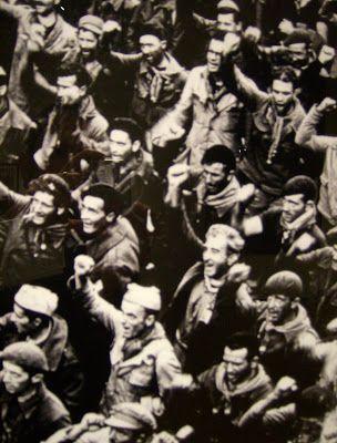 """Ο Νίκος Καζαντζάκης πηγαίνει στην Ισπανία ως απεσταλμένος της εφημερίδας """"Καθημερινή"""". Οι ανταποκρίσεις του δημοσιεύονται καθημερινά στην εφημερίδα από τις 24 Νοεμβρίου 1936 έως τις 17 Ιανουαρίου 1937 και αποτελούν τη μεγάλη ενότητα «¡Viva la muerte! »στην έκδοση του βιβλίου «Ισπανία. Νίκος Καζαντζάκης, Ταξιδεύοντας  Ισπανία» (Εκδόσεις Καζαντζάκη)."""