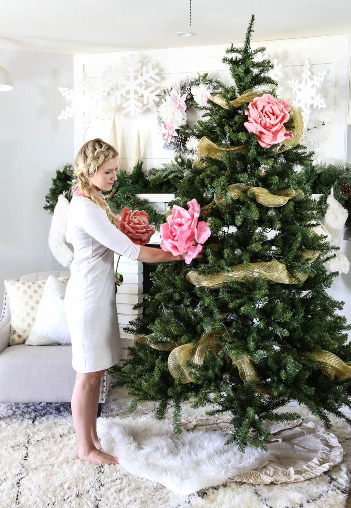 A step-by-step guide for decorating your Christmas tree. You have GOT TO see the final photo of the tree! LOVE this! - www.classyclutter.net
