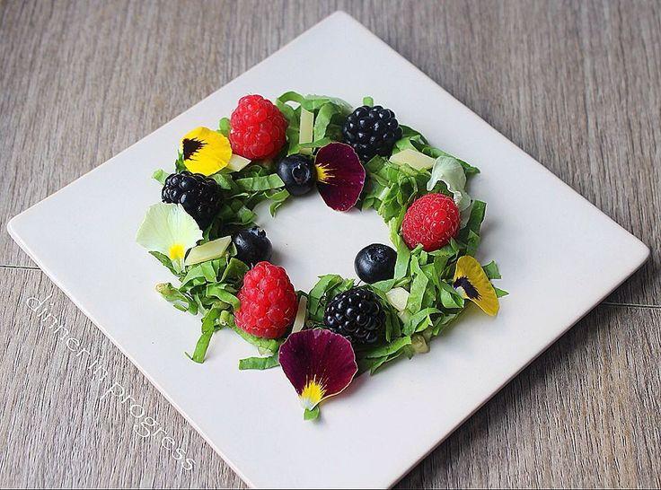 #dip #momscooking #newrecipe #myrecipe #recipeonmyblog insalata di frutti di bosco emmental e menta fresca un contorno facile facile per le mamme-cuoche indaffarate! Buono e di grande effetto! #igers #instagood #instafood #instagourmet #gastroart #theartofplating #tweegram #cute #novemberrecipe #foodpic #foodie #sweet #picoftheday by dinnerinprogress