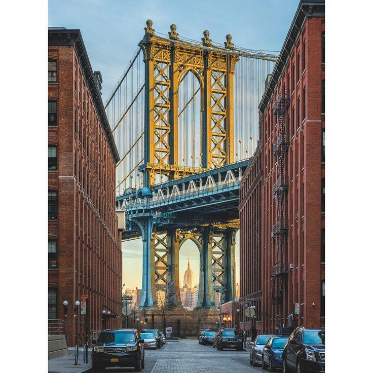 Fototapet Podul Brooklyn cu celebra Empire State Building vazuta dintr-un unghi original, prin arcadele podului. Comanda Fototapet Podul Brooklyn pe traget.ro.