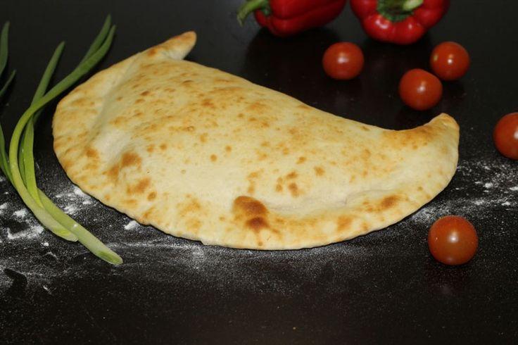 Пицца Кальцоне - закрытая, крутая и очень вкусная! Закажи! http://elitavkusa.ru/pizza-geleznodorogniy/kaltsone.html  Состав: Томатный соус, сыры: «Моцарелла» и «Чеддер», ветчина из индейки, салями «Пепперони», жаренные: шампиньоны, репчатый лук, болгарский перец., зелень.  Цена: 440 рублей  Доставим вкусняшки быстрее молнии по Железнодорожному🚀  👌Вкус удовольствия - оторваться невозможно!👌