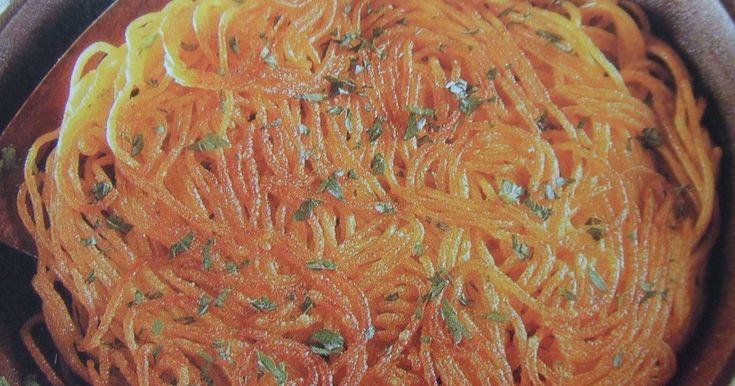 Fabulosa receta para Tortilla de pasta al estilo de mi madre. Esta receta, que es bastante vieja en mi cocina, la aprendí de mi madre. Ella la hacía con todo tipo de pastas cocidas, con arroz o con sobrantes de pucheros o verduras cocidas. Se hace muy rápidamente, es muy económica y permite aprovechar esos restos de fideos que nos han sobrado de otra comida.