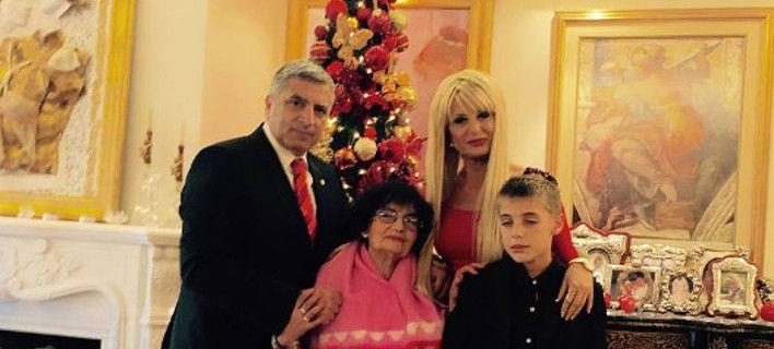Σε όσους σχολίασαν κακόβουλα με αφορμή τη δημοσίευση οικογενειακών του φωτογραφιών στο Facebook για τις πρωτοχρονιάτικες ευχές, απαντά ο δήμαρχος Αμαρουσίου Γιώργος Πατούλης.