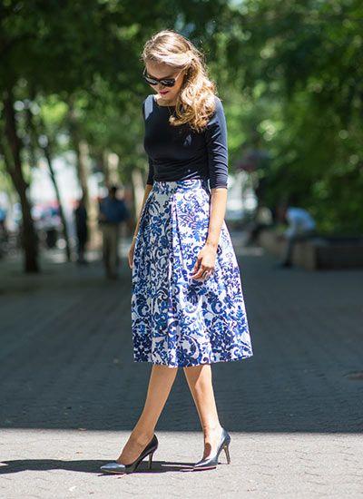ネイビーカットソー+柄スカート(白×青)のコーデ(レディース)海外スナップ | MILANDA