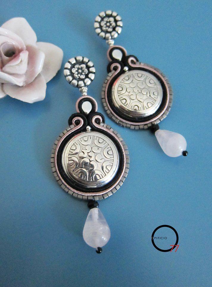 Orecchini soutache nero e rosa tenue con medaglione centrale in argento indiano (vuoto) goccia in Quarzo rosa, perline rocailles e monachella argentata a perno. Giada Zampar -Opificio77-