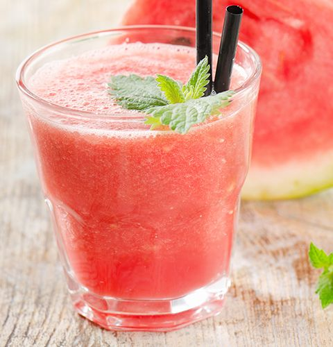 Смузи «Розовый нектар» Ингредиенты Лед в кубиках 0.5 стакана  Лимон 1 шт  Клубника 100 г  Личи 8 шт  Манго 0.5 шт  Арбуз 0.25 шт  Банан 1 шт