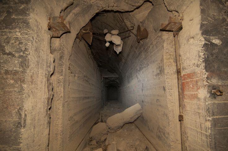Ο Κωνσταντίνος Κυρίμης διείσδυσε στα μυστικά καταφύγια της πόλης και μας γνωρίζει την υπόγεια Αθήνα.