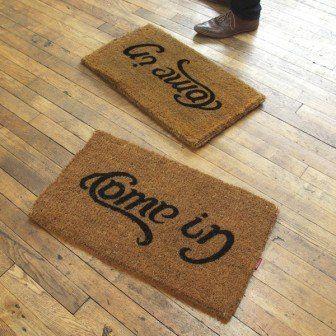 Ambigramm-Fußmatte – Come in, Go Away von Suck UK