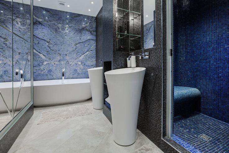 Шикарная ванная комната с ванной и отдельной душевой кабиной. #дизайн_ванной #красивая_ванная_комната #дорогая_ванная_комната #мозайка_в_ванной