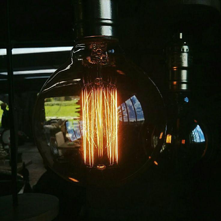 Estos bombillos vintage se ven divinos en nuestras lámparas. Ven a visitarnos y haz de tu compra una experiencia increíble. #Lampara #bombillo #vintage #deco #diseño #decoracion #designbysepia #estilo