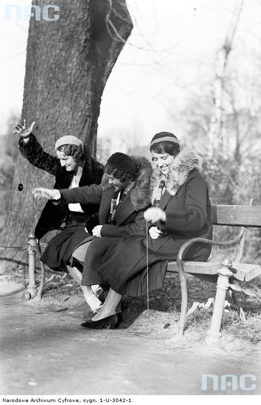 Kraków, women playing yoyo, 1932.