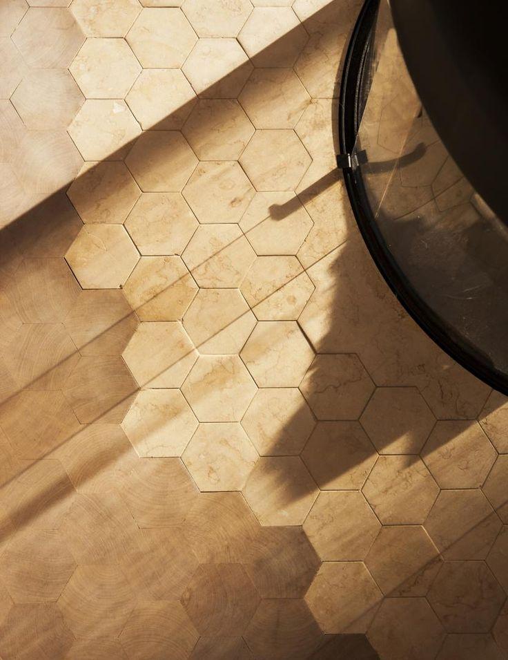 Il sito è spesso esposto a forti venti, così il progetto degli architetti dello studio Atelier Oslo ha previsto un orientamento tale da consentire lo sviluppo dell'edificio attorno a diversi spazi all'aperto che offrono riparo e ricevono il sole in diversi momenti della giornata.