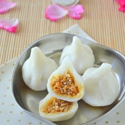 Steamed Sweet Balls - Steamed rice balls with coconut-sesame seeds-jaggery filling, delicious n healthy too!