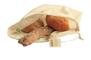 Mooie, duurzame zak voor het bewaren van brood, van Bo Weevil. De broodzakken worden gemaakt van naturel kleurige (ongebleekte) biologisch katoenen voile, en zijn voorzien van een handig trekkoordje. De zak kan gewassen worden. Daarnaast is de stof ook zeer geschikt om te bedrukken.      De zak is tevens erg handig voor het bewaren van bijvoorbeeld champignons of boontjes, of als schoenenzak.      Formaat van broodzak M: 30x20 cm    Formaat van broodzak L: 38x30 cm      Gemaakt van 100%…