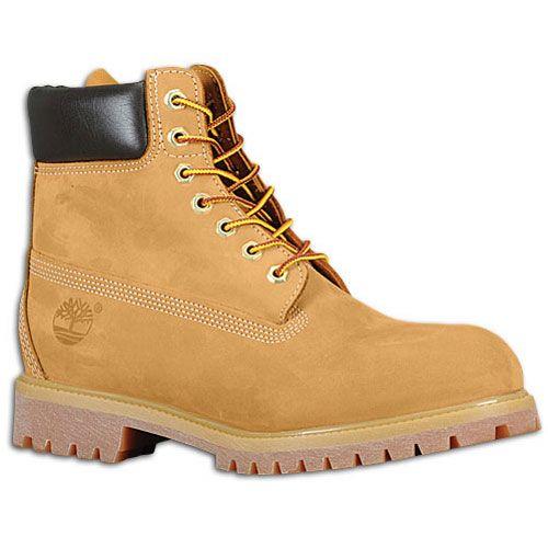 Se trata de un par de botas nuevas que son de color caqui. Son muy apretado y se correspondería con los jeans y camisa a rayas.