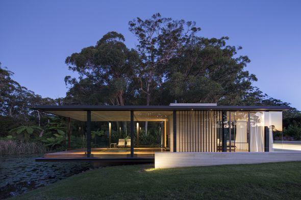 A una hora al norte de Sídney, Australia nos encontramos esta impresionante casa de campo construida a base de madera, acero y cristal por un joven arquitecto cuyo primer proyecto ha sido este maravilloso refugio campestre para sus padres.