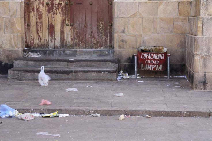 """Les Boliviens aiment-ils vraiment vivre au milieu des poubelles ? ¿A los Bolivianos les gusta realmente vivir al lado de basura ? Do the Bolivians really like to live among the trash ? """"Copacabana, ville propre"""" !?! Autour du lac Titicaca... Pourtant..."""