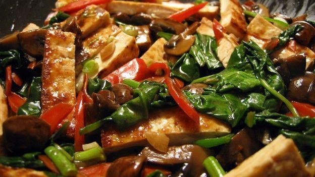 Come cucinare il tofu piccante con verdure