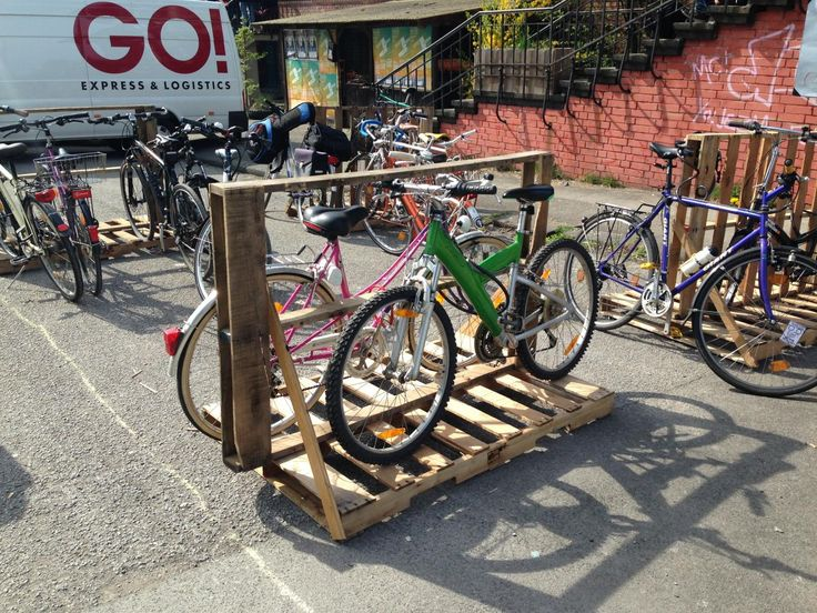 https://pallet-furniture.net/wp-content/uploads/2016/03/12-pallet-bicicycle.stand_.jpg